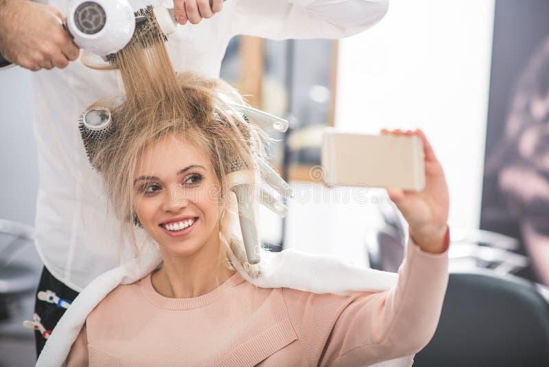 La donna felice sta prendendo il selfie immagini stock libere da diritti