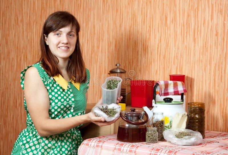 La donna fermenta le erbe fotografie stock