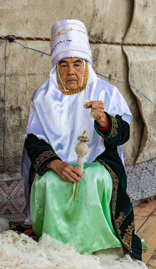 La donna fila il filato di lana fotografia stock libera da diritti