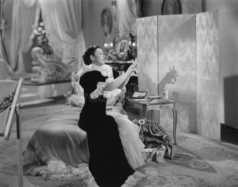 La donna gioca il burattino dell'ombra fotografia stock libera da diritti