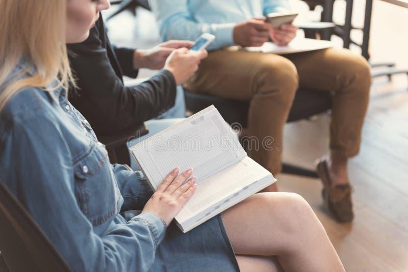 La donna giovanile sta progettando il suo giorno mentre aspettava l'intervista fotografie stock libere da diritti