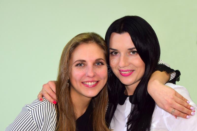 La donna gli occhi verdi castana e la donna la bionda con gli occhi azzurri fotografia stock libera da diritti