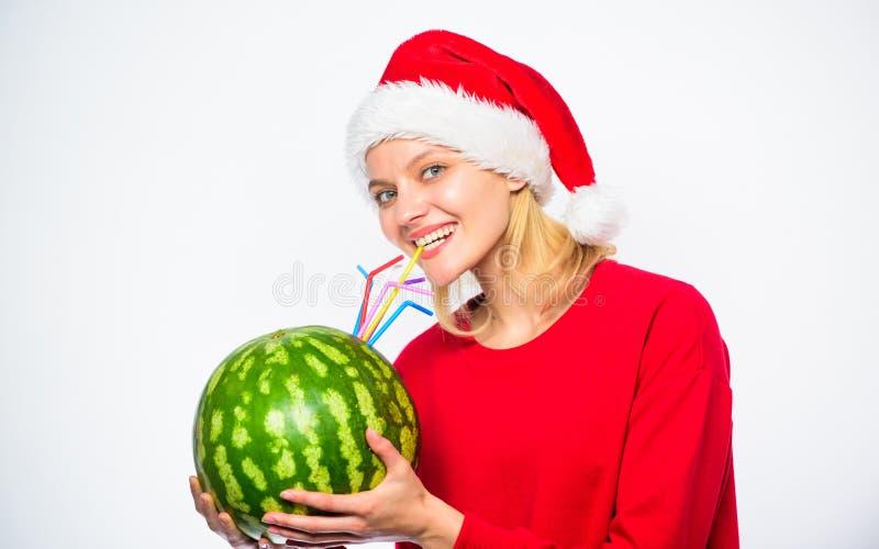 La donna gode della bevanda della disintossicazione Concetto di sanità Modi alla disintossicazione dopo il giorno di Natale La ra immagini stock