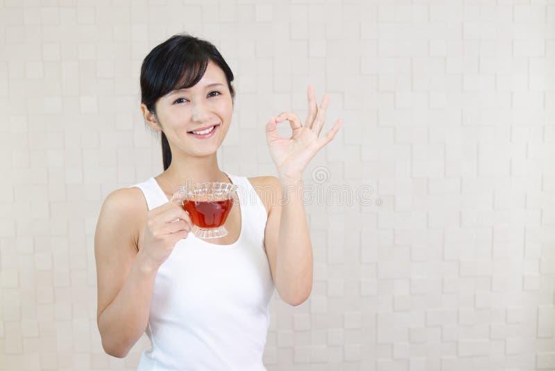 La donna gode della tazza di tè immagine stock libera da diritti