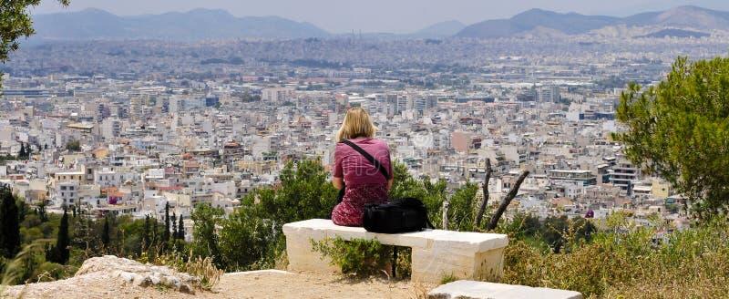 La donna gode della vista sopra Atene fotografie stock