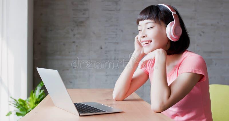 La donna gode di ascolta musica fotografia stock libera da diritti