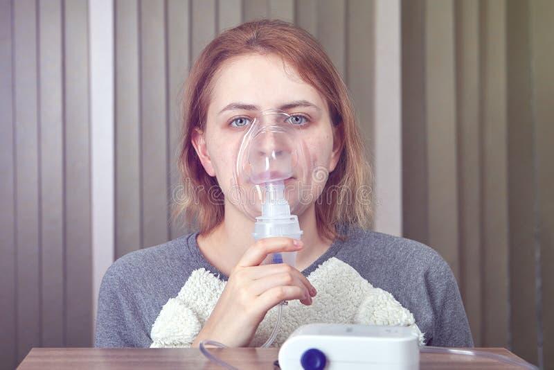 La donna ha COPD e nebulizzatore di usi fotografia stock