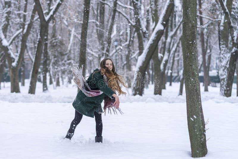 La donna ha gettato appena una palla di neve fotografia stock libera da diritti