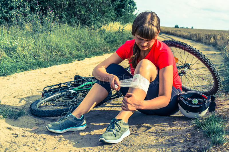 La donna ha lesione dalla bicicletta - retro stile di incidente fotografie stock libere da diritti