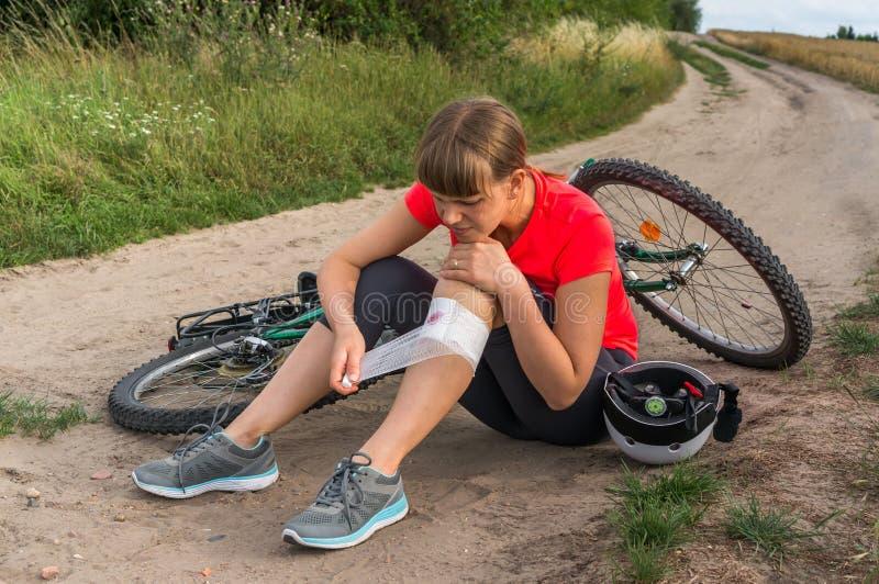 La donna ha lesione di incidente dalla bicicletta fotografia stock libera da diritti