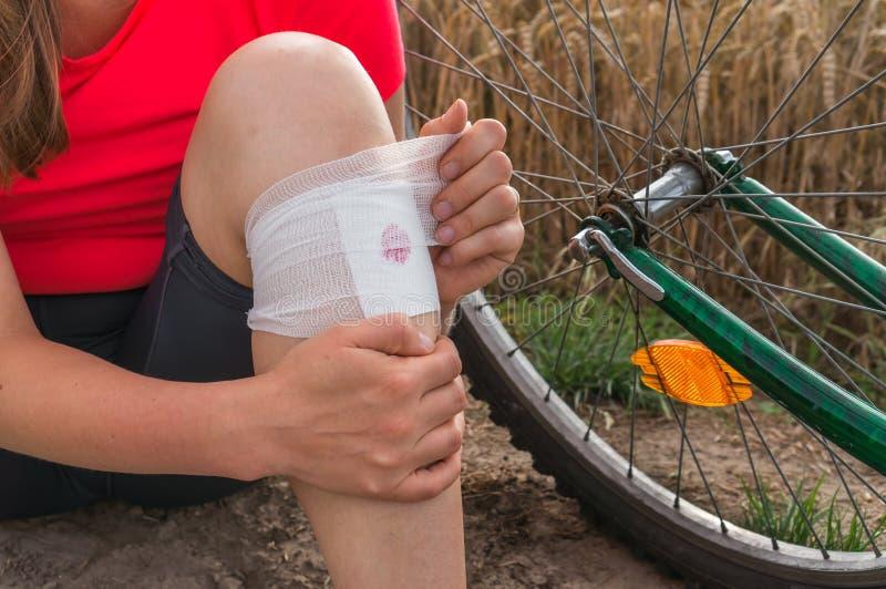 La donna ha lesione di incidente dalla bicicletta immagine stock
