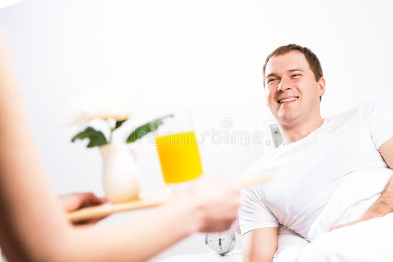 La donna ha portato la sua prima colazione del ragazzo a letto fotografia stock