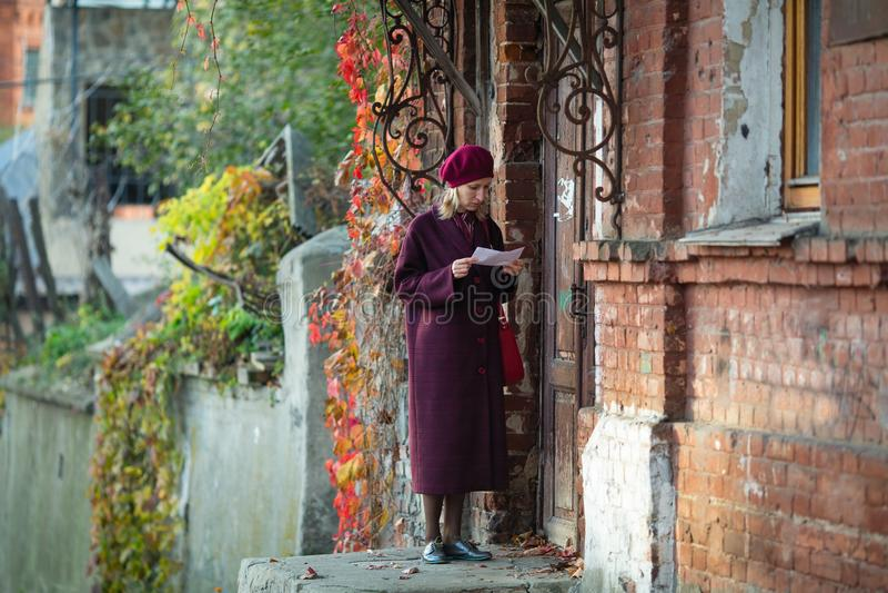 La donna ha portato la lettera alla vecchia casa Amore fotografia stock libera da diritti