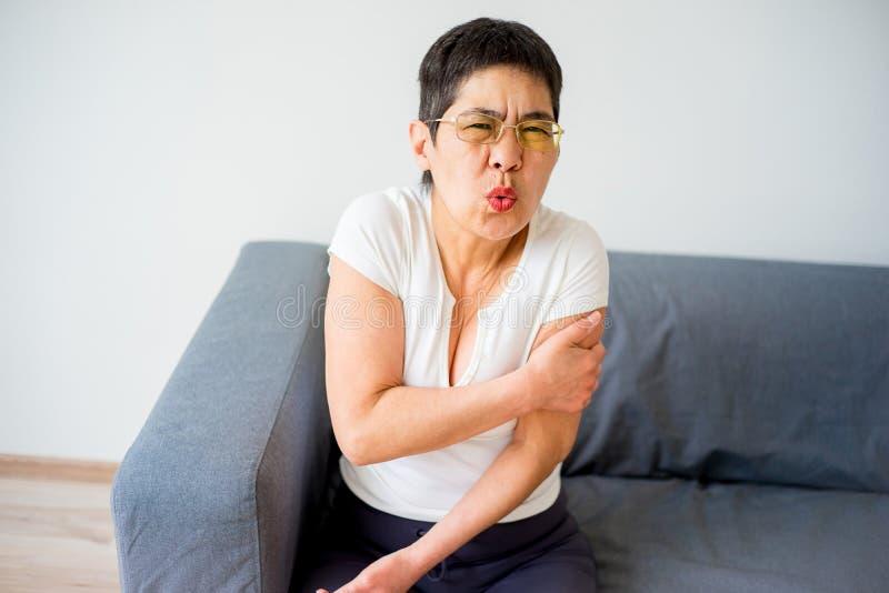 La donna ha storto il suo braccio immagine stock libera da diritti