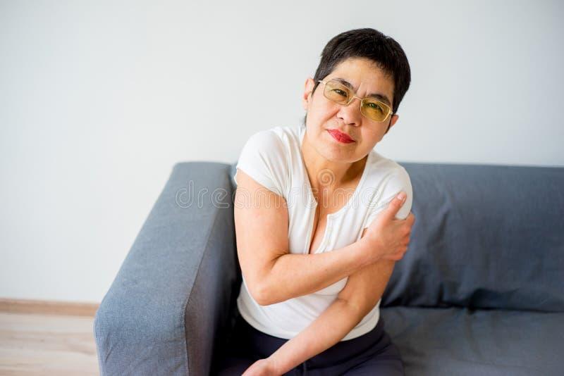 La donna ha storto il suo braccio fotografia stock