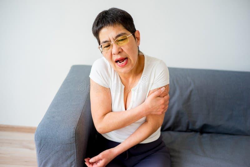 La donna ha storto il suo braccio immagine stock