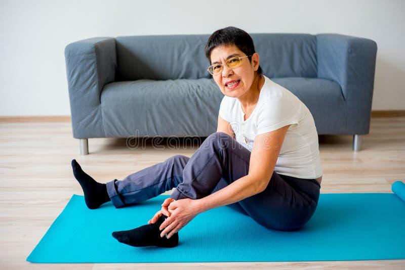 La donna ha storto la sua gamba fotografie stock libere da diritti