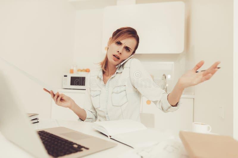 La donna ha telefonata Lavoro dal concetto domestico immagini stock