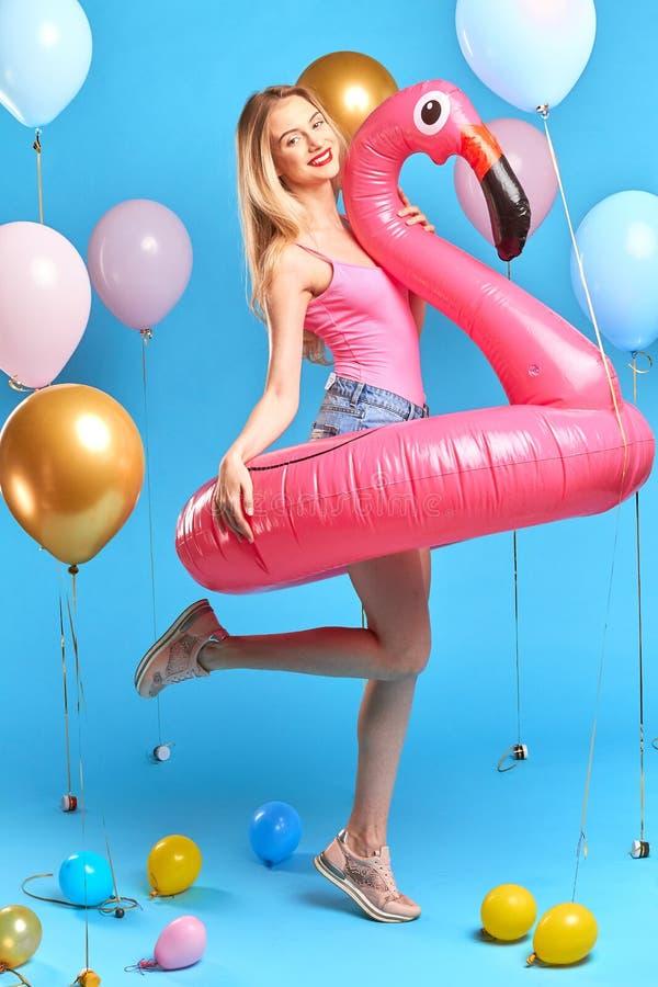 La donna incantante del fascino ottiene il piacere a partire dalla vacanza estiva fotografia stock libera da diritti