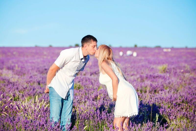 La donna incinta bacia l'uomo fotografie stock libere da diritti