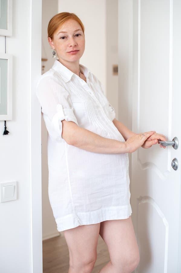 La donna incinta della testarossa immagine stock