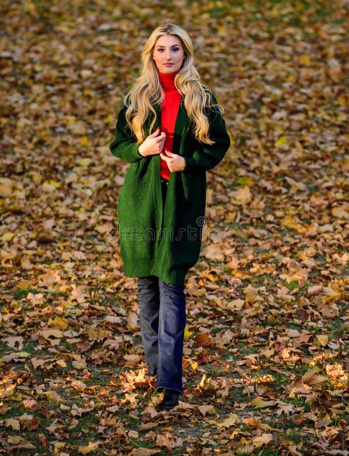 La donna indossa il cardigan lungo della lana mentre passeggiata in parco Cardigan caldo di modo di caduta Cardigan alla moda di  immagine stock