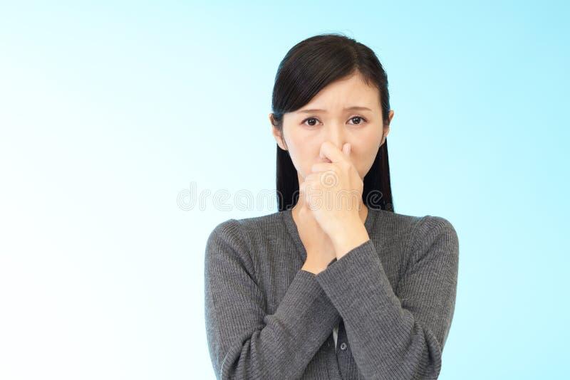 La donna intrappola il suo radiatore anteriore immagine stock libera da diritti