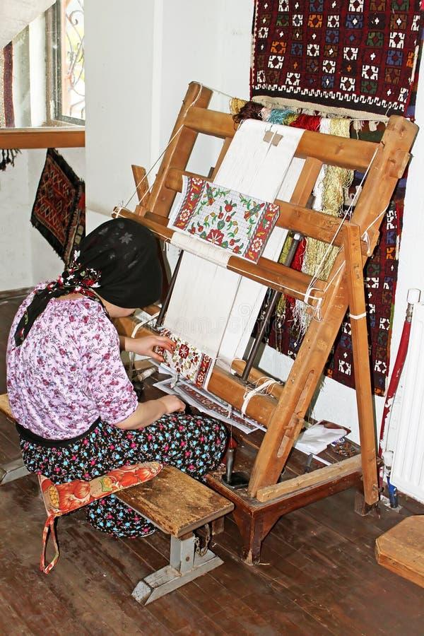 La donna locale tesse a mano un tappeto a Adalia, Turchia fotografia stock libera da diritti