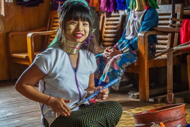 La donna lunga del collo tesse il tessuto, Myanmar - 17 novembre 2017 fotografia stock libera da diritti