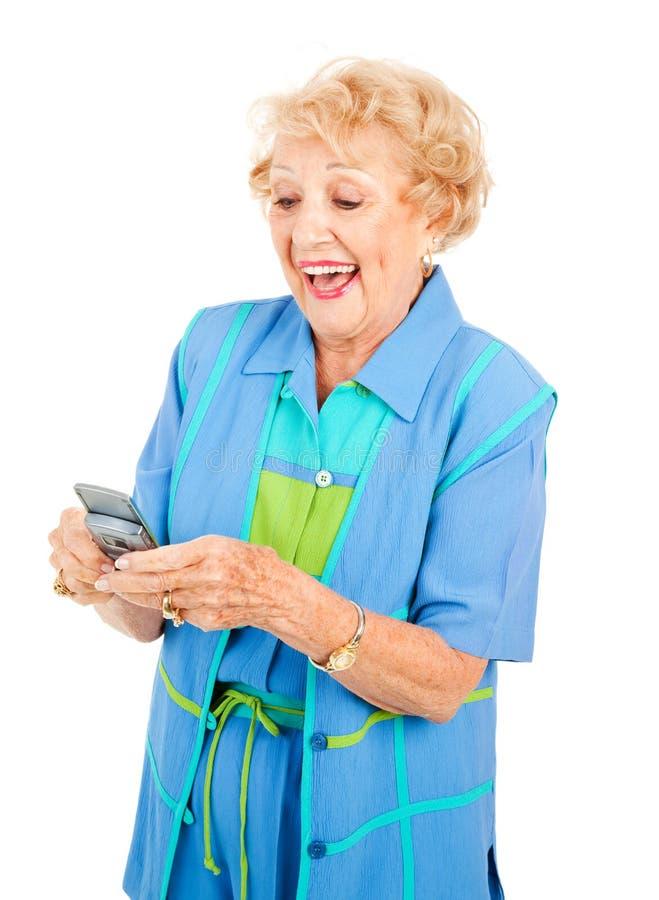 La donna maggiore ama Texting immagine stock libera da diritti