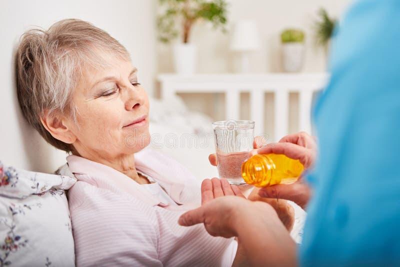 La donna malata prende il medicinale fotografie stock libere da diritti