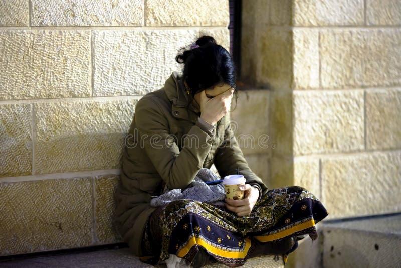 La donna medita prima della parete di piangere immagine stock libera da diritti