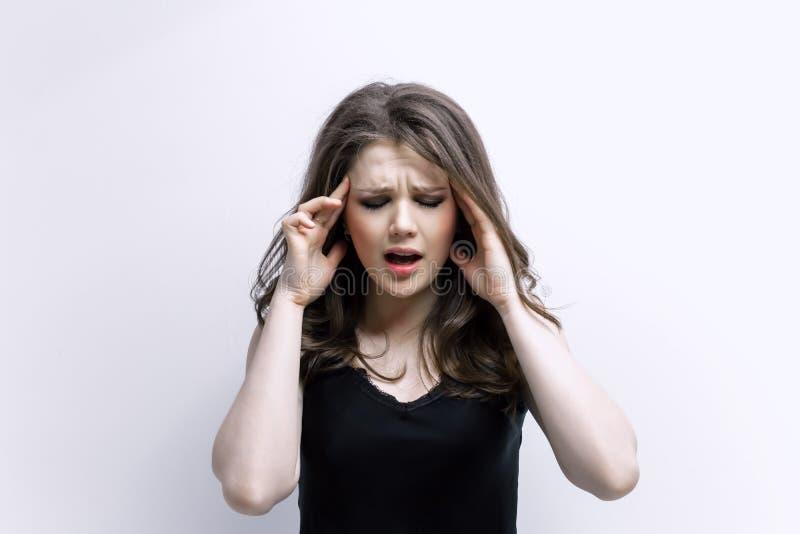 La donna mette le mani sulla testa Concetto dei problemi fotografia stock