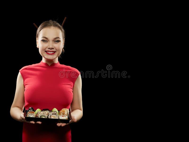 La donna mostra i sushi fotografie stock libere da diritti