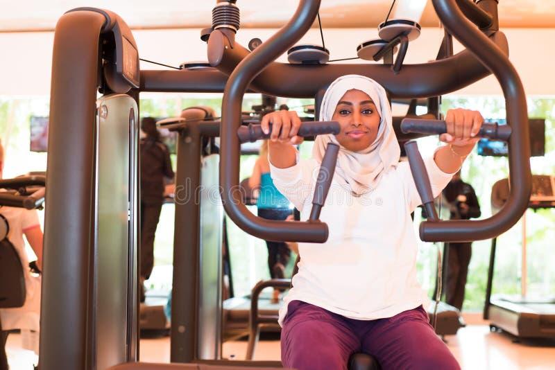 La donna musulmana sta preparandosi nella palestra fotografia stock libera da diritti