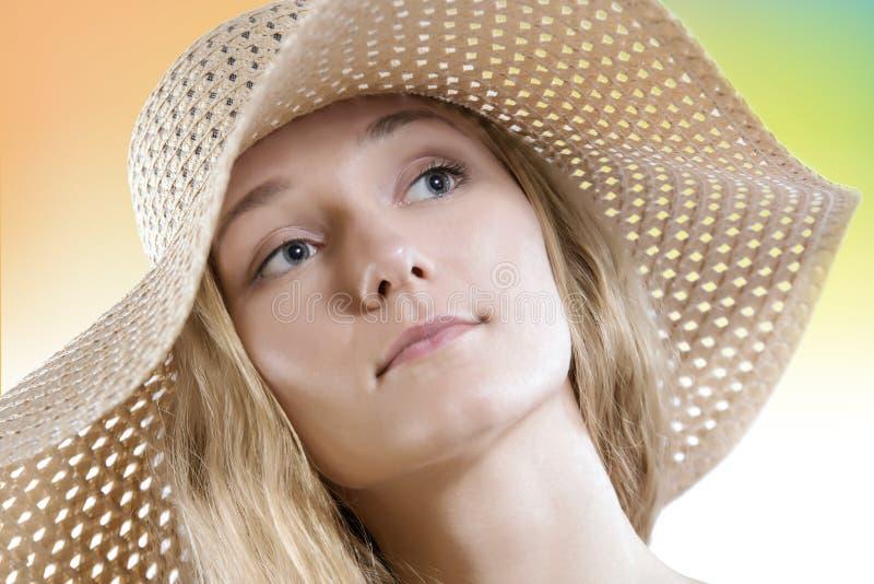 La donna naturale dei capelli biondi di bellezza senza compone il cappello di paglia d'uso immagini stock