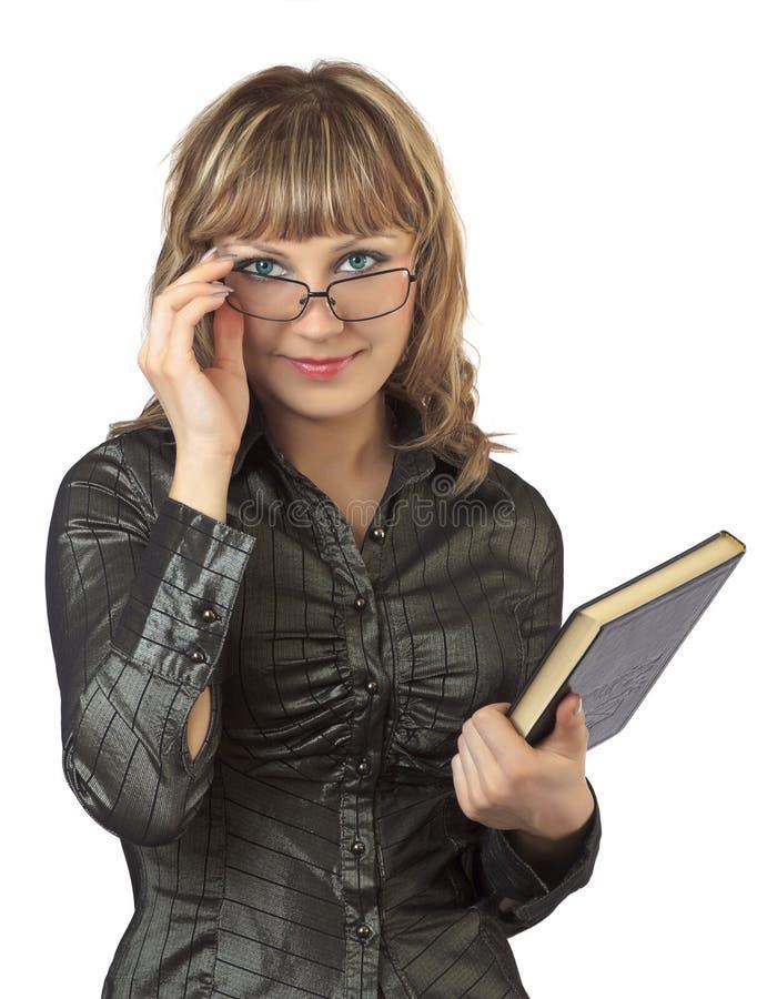 La donna nei punti tiene il libro fotografie stock