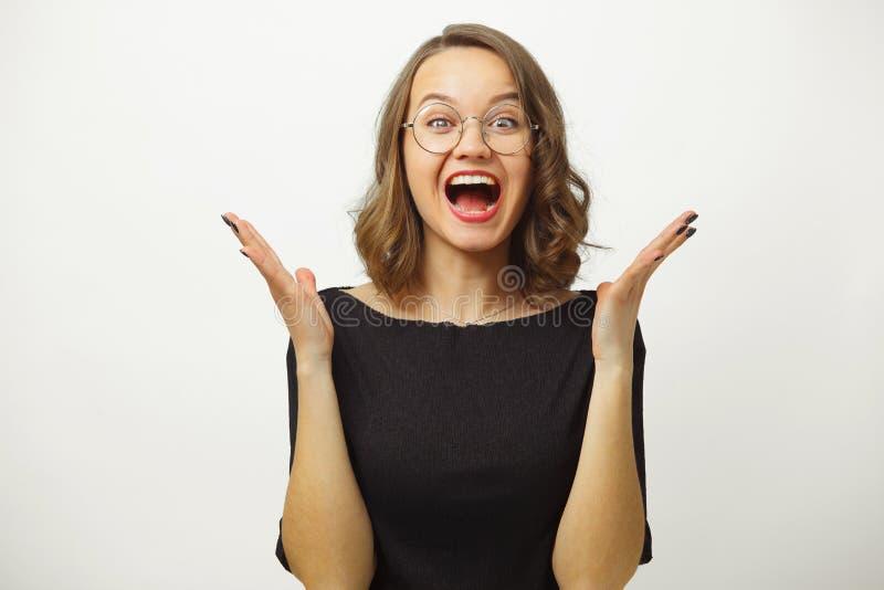 La donna nel grido spande le sue palme intorno alla testa, esprimente il panico o il timore, dimostra il bianco sgomento e scerve fotografia stock