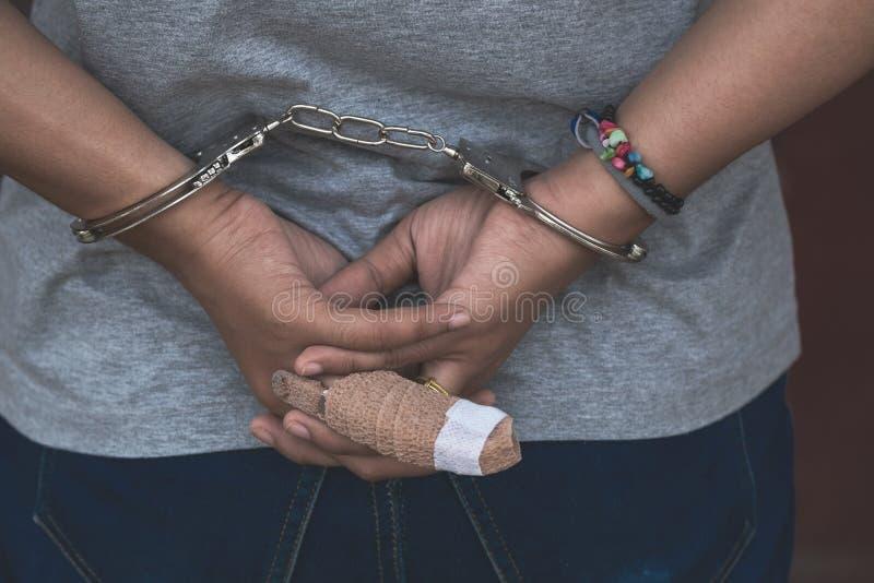 La donna nell'ambito dell'arresto, Scence criminale della donna ottiene presa con Han immagine stock