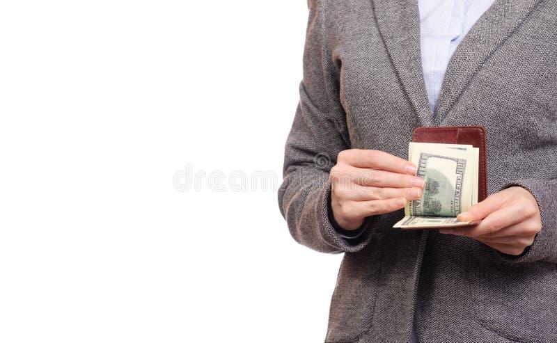 La donna nella donna di affari del rivestimento e della camicia conta i dollari dei soldi in borsa fotografia stock