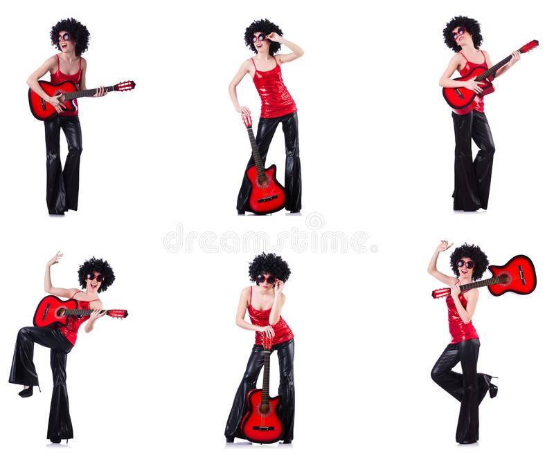La donna nella parrucca di afro che gioca chitarra fotografie stock libere da diritti