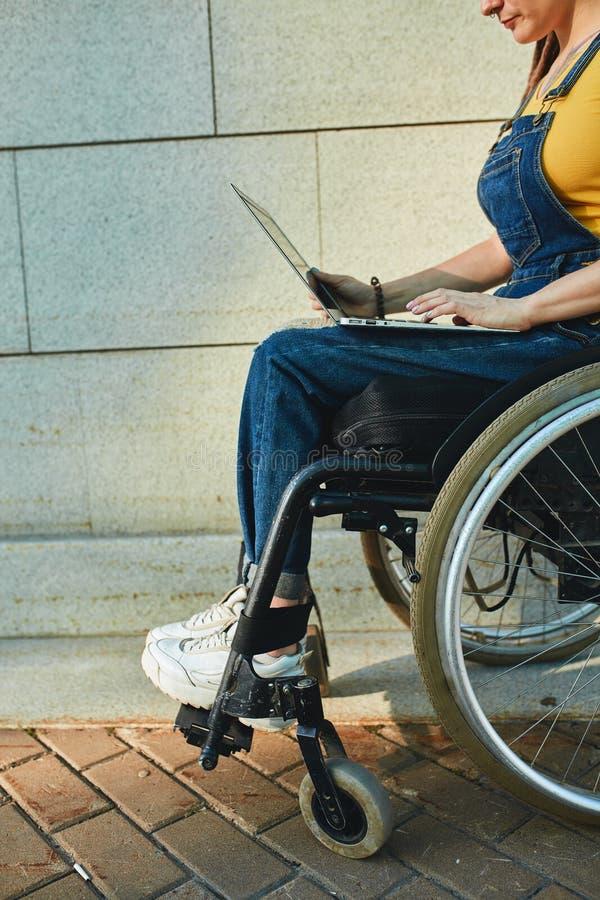 La donna non ha pensato mai che la sua sedia a rotelle fosse svantaggio immagine stock libera da diritti