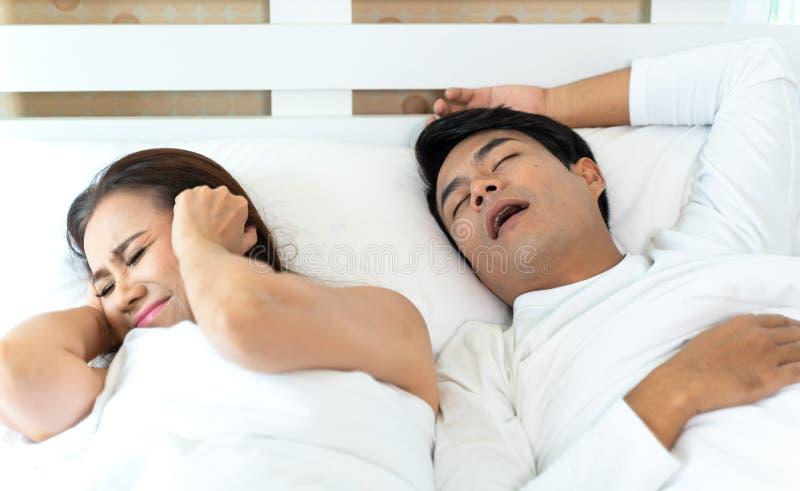 La donna non può dormire mentre uomo che russa immagine stock