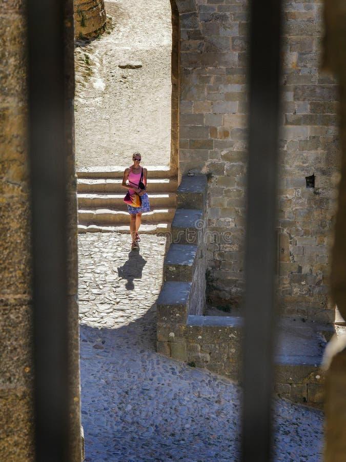 La donna non-sposata dentro cita Carcassonne fotografia stock