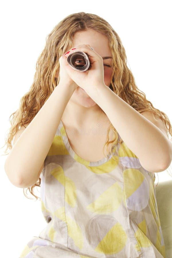 La donna osserva attraverso documento fatto scorrere fotografie stock libere da diritti