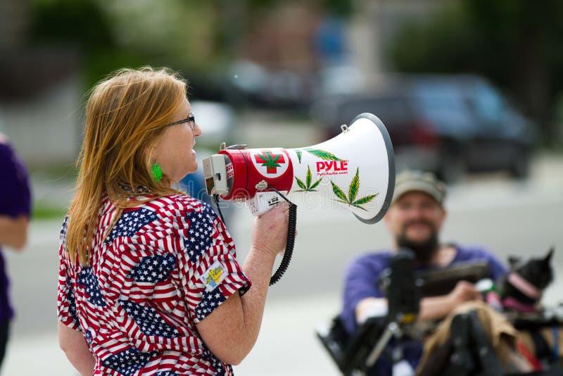 La donna parla della marijuana fotografie stock libere da diritti