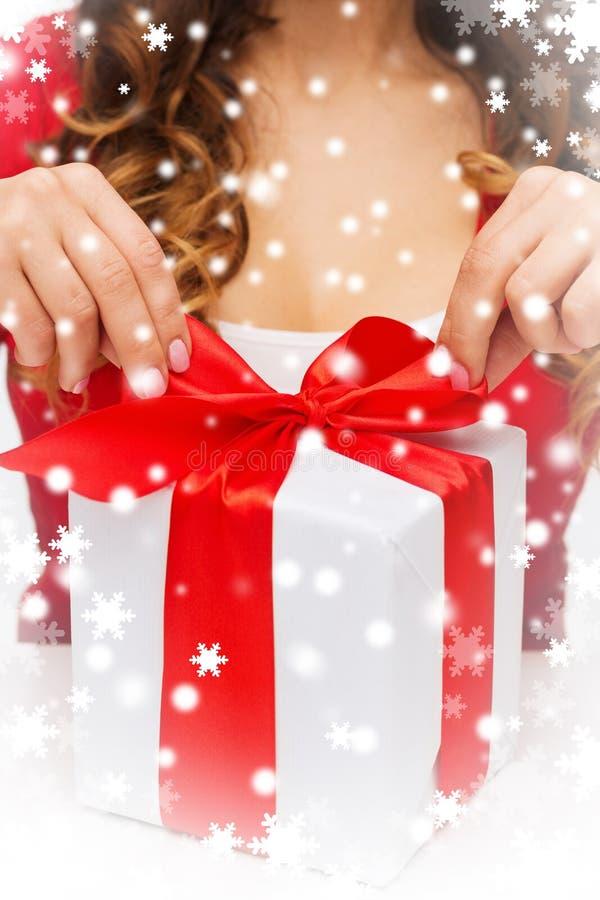La donna passa i contenitori di regalo di apertura immagine stock