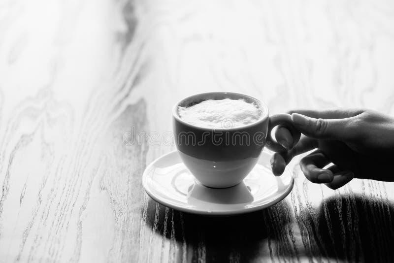 La donna passa la tazza della tenuta di caffè caldo fotografie stock