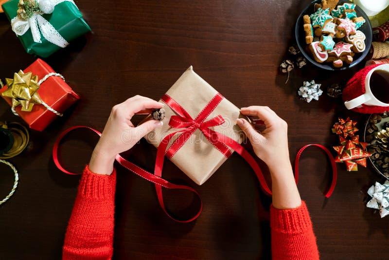 La donna passa lo spostamento dei regali di natale in carta immagini stock libere da diritti