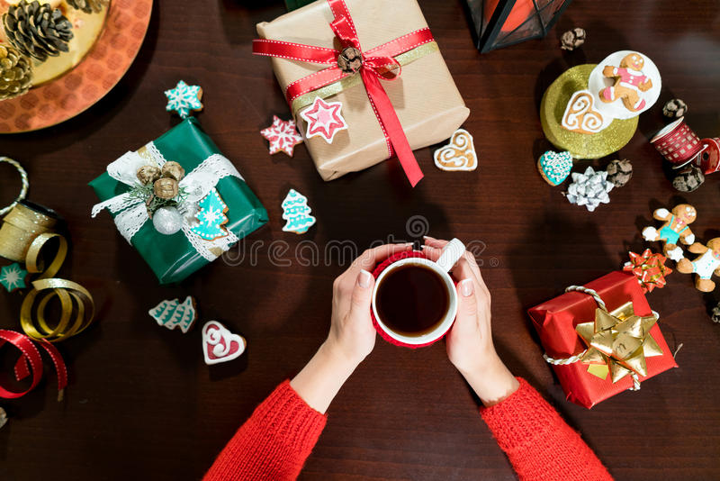 La donna passa lo spostamento dei regali di natale in carta fotografie stock